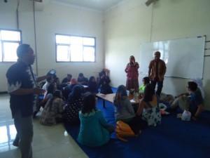 Mahasiswa Sastra Inggris dan Satrasia didampingi oleh pak Eko dan bu Widhi